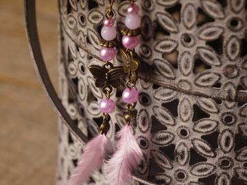 Vente au détail: Boucles d'oreilles libellule et plume rose