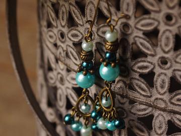 Vente au détail: Boucles d'oreilles mini chandelier bleu pétrole