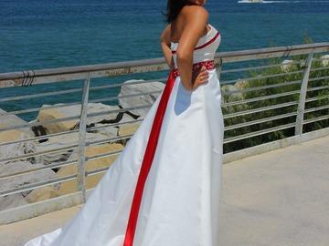 Ilmoitus: Valkoinen puku punaisilla somisteilla