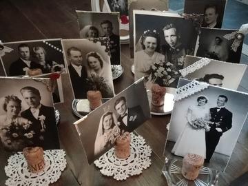 Ilmoitus: Vanhoista valokuvista tehtyjä pöytäkoristeita alustoineen