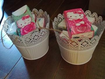 """Ilmoitus: Myydään peltiset """"sankot"""" ja Hello Kitty nenäliinat"""