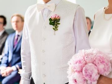 Ilmoitus: Liivi ja kaksi erilaista solmio