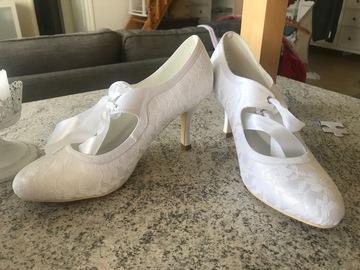 Ilmoitus: Valkoiset pitsipäälysteiset kengät 38