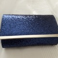 Ilmoitus: Sininen kimallelaukku