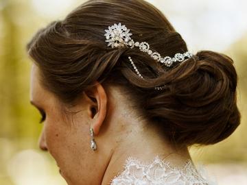 Ilmoitus: Hiuskoru, timantteja ja kaksi ketjua
