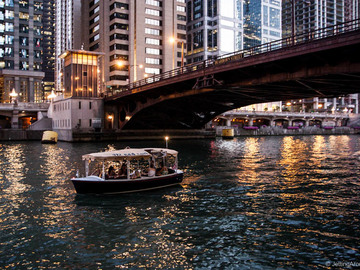 Rent per hour: Chicago Duffy Boat - Max. 10 people