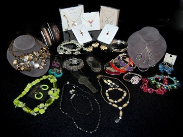 Compra Ahora: $2500 Retail Wholesale Jewelry Assortment-- 200 pcs minimum