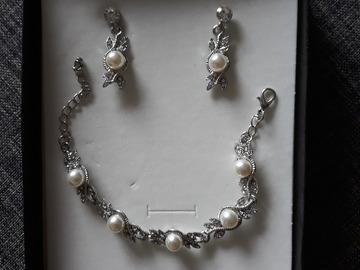 Ilmoitus: Hopeinen korusetti: korvakorut ja rannekoru helmillä