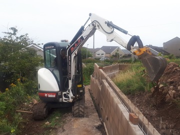 Hourly Equipment Rental: Bobcat 425 ZTS 2.5 Te Excavator - operated