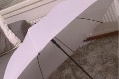 Ilmoitus: Myydään käyttämätön iso valkoinen sateenvarjo
