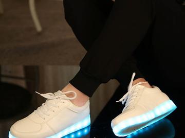 Vente avec paiement en ligne: Chargeur USB Lumineux Rougeoyant Baskets Feminino Paniers