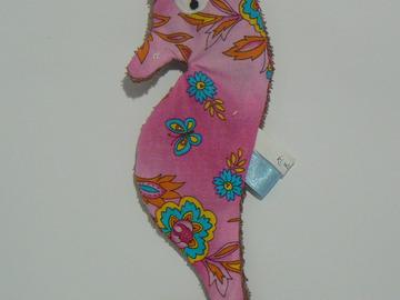 Sale retail: Doudou de bain - Hippocampe rose fleuri