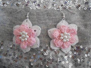 Vente au détail: Boucles d'oreilles fleur rose au crochet,bijoux mariage shabby ch