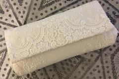 Ilmoitus: Valkoinen, pitsikirjailtu morsiamen laukku
