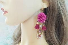 Sale retail: Boucles d'oreilles mauve fleur pompon