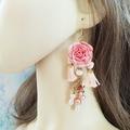Sale retail: Boucles d'oreilles rose saumon fleur pompon