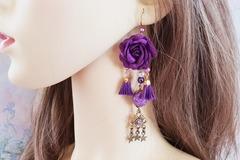 Sale retail: Boucles d'oreilles violet fleur pompon