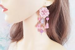 Vente au détail: Boucles d'oreilles rose poudré fleur pompon