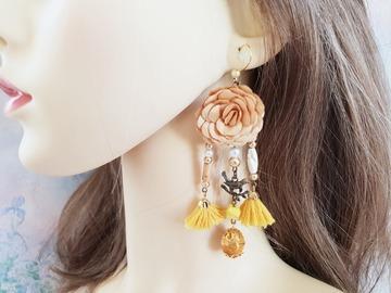 Vente au détail: Boucles d'oreilles jaune moutarde fleur pompon