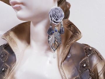 Vente au détail: Boucles d'oreilles gris fleur pompon