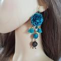 Vente au détail: Boucles d'oreilles bleu paon fleur pompon