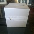 Ilmoitus: Kaunis valkoinen postilaatikko