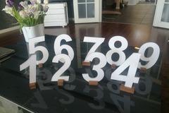 Ilmoitus: Kauniit valkoiset pöytänumerot