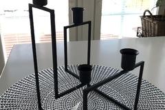 Ilmoitus: Kynttilänjalkoja, metallia, musta