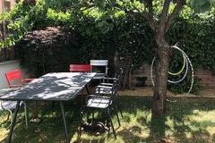 NOS JARDINS A LOUER: Jardin ombragé sous un abricotier