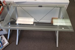 Produkte Verkaufen: Glass Table with Metal Legs with no Rollers