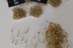 Ilmoitus: Kultaista koristehelminauhaa