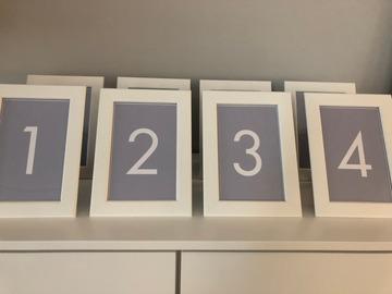 Ilmoitus: 8 kpl valkoisia kehyksiä (sis. pöytänumerokortit)