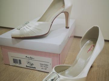 Ilmoitus: Satiiniset kengät