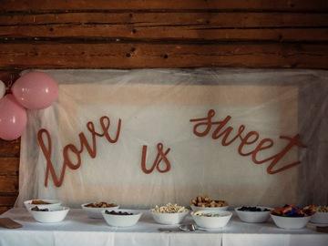 Ilmoitus: Love is sweet - kyltti
