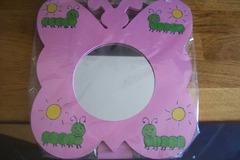 Vente au détail: Miroir papillon chenille rose sur pied