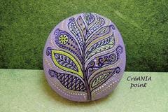 Vente au détail: Plume mandala sur galet peint a la main pour boho décor