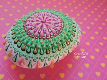 Vente au détail: Mandala dot art sur galet peint a la main aux couleurs rose, vert