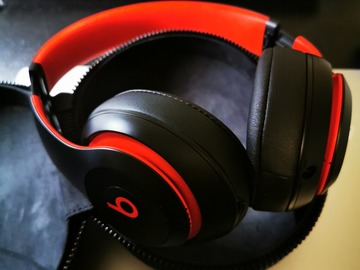 Myydään: Beats Studio 3, Black-Red color.