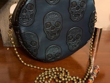 Vente au détail: Sac rond motif crânes bleu et noir
