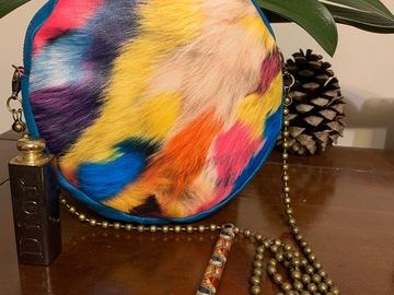 Sale retail: Sac rond simili cuir impression plumes colorées