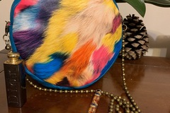 Vente au détail: Sac rond simili cuir impression plumes colorées