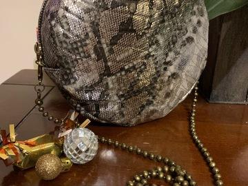 Vente au détail: Sac rond simili cuir serpent argent, gris et noir