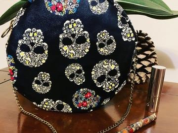 Sale retail: Sac rond noir et motifs Calavera (crânes)