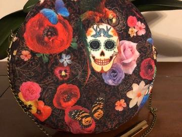 Vente au détail: Sac rond velours motifs crânes