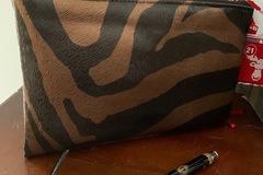 Vente au détail: Petite trousse zèbre marron cuivré et argent