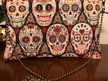 Sale retail: Pochette motif crânes