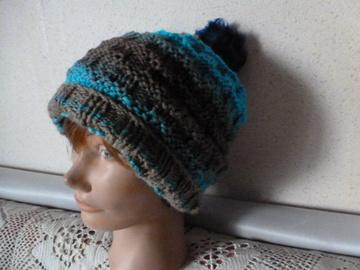Vente au détail: bonnet  laine marron et turquoise avec un pompon fausse fourrure