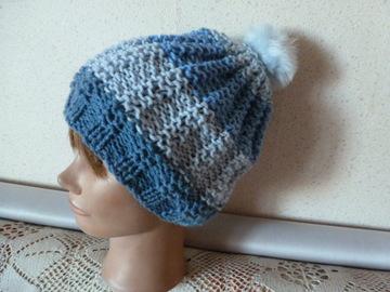 Sale retail: bonnet en laine avec un pompon en fourrure  synthétique