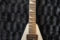 Renting out: Jackson JS32 CD White V Electric Guitar - Shred Time!