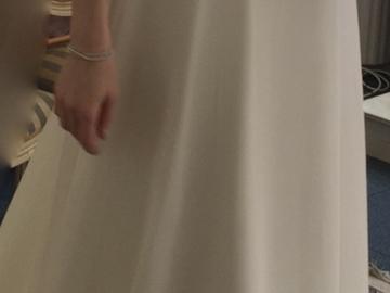 Ilmoitus: Selkeälinjainen hääpuku pitkälle morsiamelle